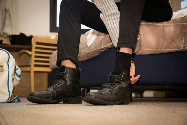 آیا پوشیدن کفش در منزل کار درستی است؟