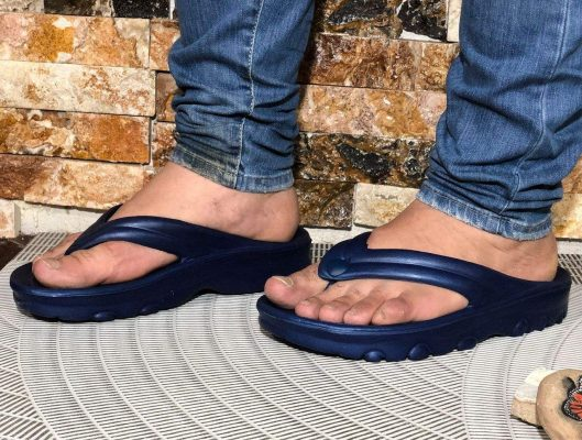 پوشیدن کفش لا انگشتی و شلوار جین